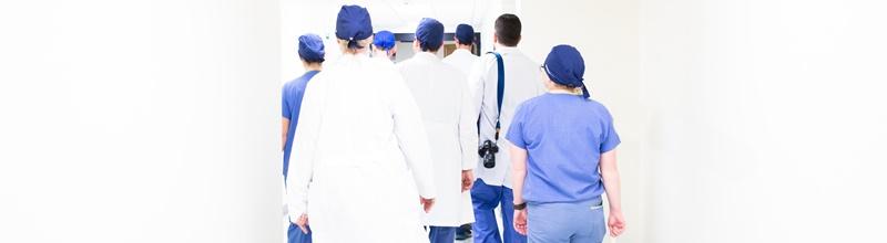 médicos no corredor do hospital